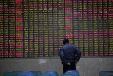 Инвестор в брокерской конторе в Шанхае 15 февраля 2016 года. Основные индексы Китая практически не изменились в пятницу, но завершили неделю в плюсе, а шанхайские акции прервали продолжавшуюся пять недель череду снижений, поскольку успокаивающие комментарии регуляторов и вливание средств центробанком компенсировали тревоги об ужесточении регулирования и замедлении роста экономики. REUTERS/Aly Song