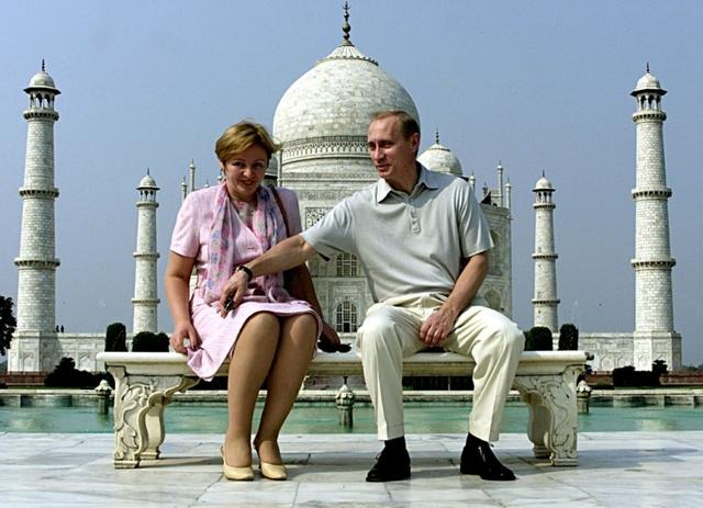 FILE PHOTO: Russian President Vladimir Putin and his wife Lyudmila sit in front of the Taj Mahal while touring city of Agra, India October 4, 2000.       REUTERS/Pawel Kopczynski/File Photo