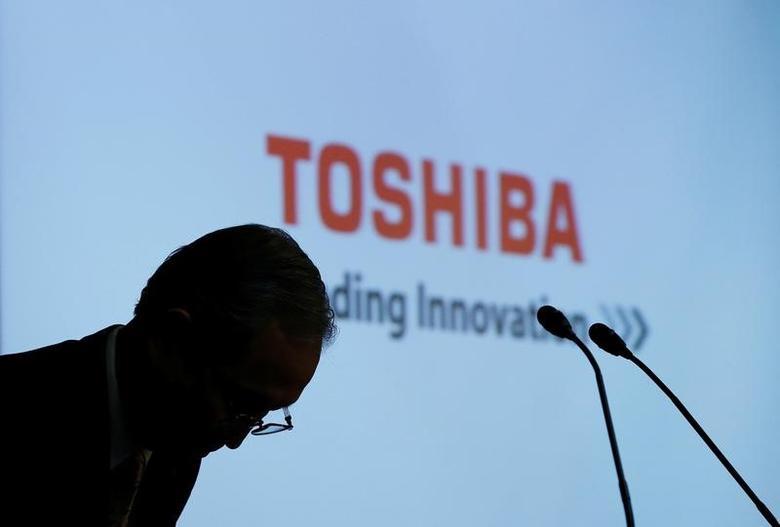 Toshiba Corp CEO Satoshi Tsunakawa bows at the start of a news conference at the company's headquarters in Tokyo, Japan May 15, 2017.   REUTERS/Toru Hanai
