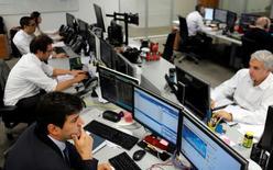 Operatori a lavoro. REUTERS/Paulo Whitaker