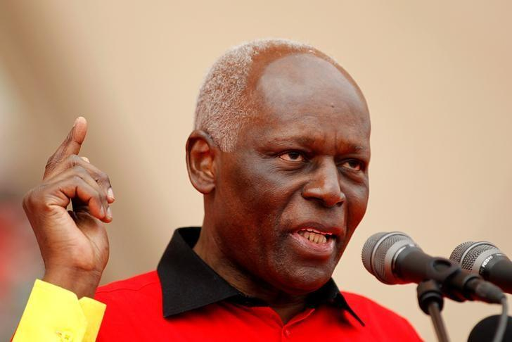 Angola's president and leader of the ruling MPLA party Jose Eduardo dos Santos addresses supporters during an election rally in Camama, outside the capital Luanda, August 29, 2012. REUTERS/Siphiwe Sibeko/Files