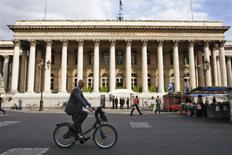 Les Bourses européennes confirment leur rebond vendredi à mi-séance et Wall Street est attendue en légère hausse. À Paris, le CAC 40 gagne 0,48% vers 10h45 GMT. À Francfort, le Dax prend 0,15% et à Londres, le FTSE avance de 0,44%. /Photo d'archives/REUTERS/Charles Platiau