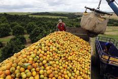 Funcionários carregam caminhão com laranjas em fazenda de Limeira, no Estado de São Paulo, Brasil 13/01/2012 REUTERS/Paulo Whitaker