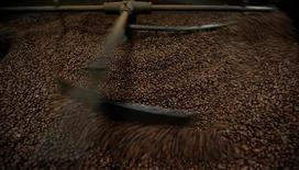 Grãos de café torrados durante processo de resfriamento em Lisboa, Portugal. 08/05/2017 REUTERS/Rafael Marchante