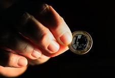 Una moneda brasileña es vista en Río de Janeiro, Brasil. 11 de octubre de 2010.Las esperanzas de que la mayor economía de Latinoamérica pueda salir de la peor recesión de su historia este año se derrumbaron el jueves cuando el presidente de Brasil, Michel Temer, quedó bajo la lupa tras la acusación de que consintió sobornar a un potencial testigo de una gigantesca pesquisa por corrupción.  REUTERS/Sergio Moraes (BRAZIL - Tags: BUSINESS) - RTXTBJK