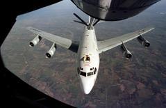 """El avión Constant Phoenix  WC-135 de la Fuerza Aérea de los Estados Unidos,  es reabastecido por un avión cisterna. 19 de mayo 2017. Dos aviones chinos SU-30 realizaron lo que las fuerzas armadas estadounidenses describieron como una interceptación """"poco profesional"""" de una nave de Estados Unidos diseñada para detectar radiación mientras volaba en espacio aéreo internacional sobre el Mar Oriental de China. Air Force/Handout via REUTERS"""