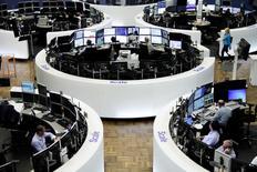Les Bourses européennes ont terminé en hausse vendredi. À Paris, le CAC 40 a terminé sur un gain de 0,66%. Le Footsie britannique a pris 0,46% et le Dax allemand 0,39%. /Photo prise le 18 mai 2017/REUTERS
