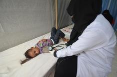 ممرضة تعالج طفلا مصابا بالكوليرا في الحديدة باليمن يوم 14 مايو أيار 2017. تصوير: عبدالجبار زياد - رويترز