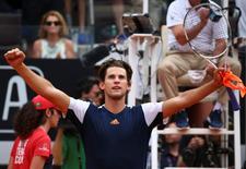 El tenista Dominic Thiem celebra después de ganar el partido contra Rafael Nadal, en Roma, Italia. 19/5/17. El tenista austriaco Dominic Thiem derrotó el viernes al siete veces campeón del Abierto de Roma Rafael Nadal por 6-4 y 6-3 para meterse en las semifinales de la competencia.  REUTERS/Alessandro Bianchi