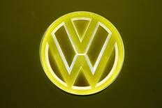 L'Agence américaine de protection de l'environnement et l'Agence pour la qualité de l'air de l'Etat de Californie devraient donner ce vendredi leur feu vert pour une réparation sur environ 84.000 véhicules anciens de Volkswagen équipés de moteurs diesel susceptibles de dépasser les seuils autorisés de pollution, a-t-on appris de deux sources proches du dossier. /Photo prise le 8 mars 2017/REUTERS/Arnd Wiegmann