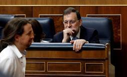 Imagen de archivo del líder de Podemos, Pablo Iglesias, pasando junto a Mariano Rajoy, en el Congreso de los Diputados. 19 julio 2016. El partido opositor de izquierdas Unidos Podemos presentó el viernes una moción de censura contra el presidente del Gobierno español, Mariano Rajoy, por los recientes escándalos de corrupción, una iniciativa con pocos visos de prosperar puesto que no tiene el necesario respaldo de otros grupos. REUTERS/Andrea Comas
