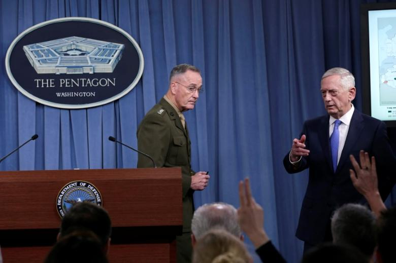 U.S. Defense Secretary James Mattis (R) and Joint Chiefs Chairman Marine Gen. Joseph Dunford hold a press briefing on the campaign to defeat ISIS at the Pentagon in Washington, U.S., May 19, 2017. REUTERS/Yuri Gripas