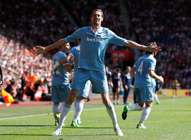 Britain Football Soccer - Southampton v Stoke City - Premier League - St Mary's Stadium - 21/5/17Stoke City's Peter Crouch celebrates scoring their first goal Reuters / Peter Nicholls