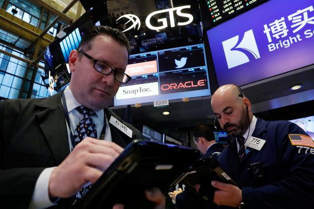 5月19日、米S&P総合500種指数採用企業の四半期利益の伸びが約6年ぶりの高水準となることが見込まれる中、今後数週間はドルの下落が世界で事業を展開する企業の増益の勢いをさらに加速させ、株価を支援する可能性がある。写真はNY証券取引所のトレーダー、18日撮影(2017年 ロイター/Brendan McDermid)