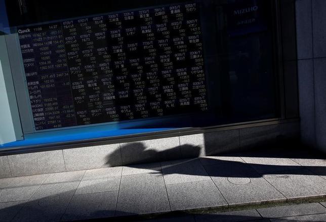 5月22日、寄り付きの東京株式市場で、日経平均株価は前営業日比79円72銭高の1万9670円48銭となり、続伸して始まった。都内で昨年11月撮影(2017年 ロイター/Issei Kato)