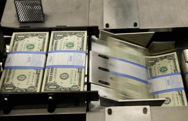 5月22日、正午のドル/円は、前週末ニューヨーク市場午後5時時点と比べ、ドル高/円安の111.46/48円だった。早朝の取引で110円後半まで下落したが、株高や米長期金利の上昇などを背景に持ち直した。写真はワシントンで2014年11月撮影(2017年 ロイター/Gary Cameron)