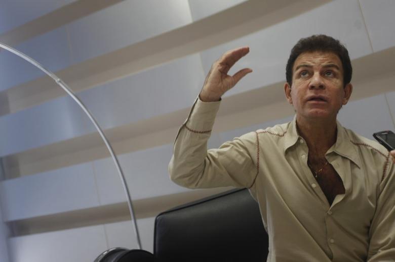 FILE PHOTO: Salvador Nasralla gestures during a interview with Reuters in Tegucigalpa October 5, 2011.  REUTERS/Edgard Garrido/Files