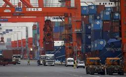 Les exportations japonaises ont augmenté en avril, pour le cinquième mois d'affilée, la hausse des livraisons de semi-conducteurs et d'acier montrant que la demande internationale pourrait aider à doper l'économie du pays. Les exportations ont augmenté de 7,5% le mois dernier par rapport à avril 2016. /Photo d'archives/REUTERS/Toru Hanai