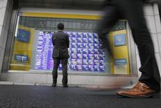 La Bourse de Tokyo a fini lundi en hausse. L'indice Nikkei a gagné 0,45% et le Topix a pris 0,51%. /Photo d'archives/REUTERS/Issei Kato