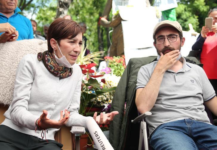 Nuriye Gulmen, a literature professor, and Semih Ozakca, a primary school teacher, who have been on hunger strike after they both lost their jobs in a crackdown following a failed July coup against President Tayyip Erdogan, take part in a protest against a government purge in Ankara, Turkey, May 11, 2017. REUTERS/Alp Eren Kaya