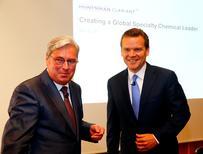 Le directeur général de Clariant, Hariolf Kottmann (à gauche), et son homologue de Huntsman, Peter Huntsman (à droite). Les deux sociétés ont annoncé lundi une fusion entre égaux en vue de créer une nouvelle entité dans la chimie spécialisée, dont la valorisation boursière dépassera les 14 milliards de dollars. /Photo prise le 22 mai 2017/REUTERS/Arnd Wiegmann