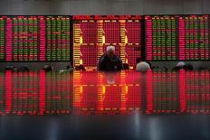 Инвесторы в  Шанхае смотрят на табло с данными о фондовых торгах. Шанхайские акции завершили торги понедельника в минусе, растеряв набранное ранее преимущество, на фоне ухудшения аппетита инвесторов к риску из-за сохраняющегося беспокойства об ужесточении регулирования и перспективах экономики. REUTERS/Aly Song  (CHINA - Tags: BUSINESS)