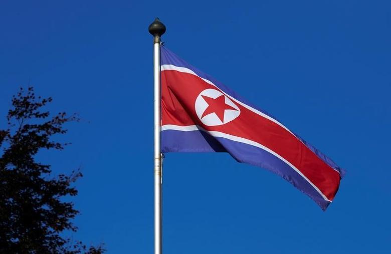 资料图片:2014年10月,朝鲜驻日内瓦使团悬挂的国旗。REUTERS/Denis Balibouse
