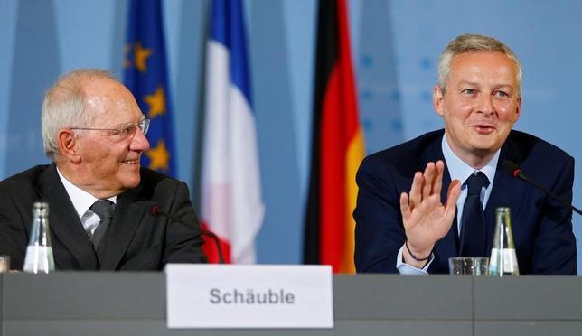 5月22日、ショイブレ独財務相(写真左)とルメール仏経済相(右)は、ベルリンで会談した後、共同声明を発表し、ユーロ圏はマクロ経済の不均衡と低水準のコアインフレを背景に依然としてぜい弱だとの認識を示した。写真はベルリンで22日撮影(2017年 ロイター/Hannibal Hanschke)