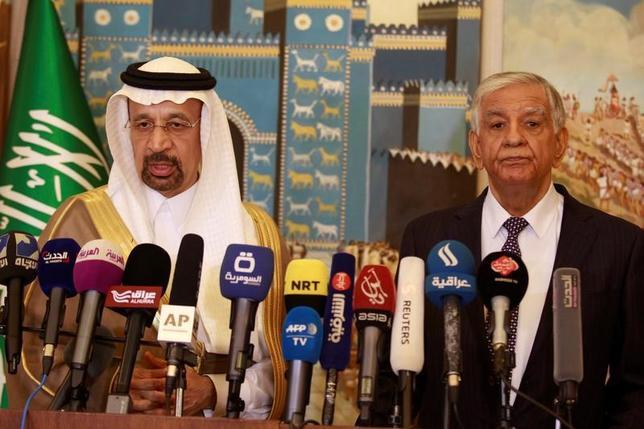 5月22日、サウジアラビアとイラクは、OPEC主導で実施している主要産油国の協調減産について、さらに9カ月延長する必要性を巡り合意に達した。写真は会見するサウジのファリハ・エネルギー相(左)とイラクのルアイビ石油相(2017年 ロイター/Khalid al Mousily)