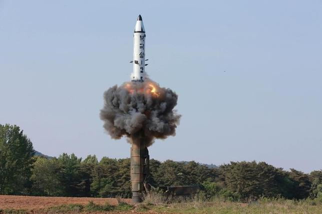 5月22日、国連安全保障理事会(安保理)は、北朝鮮による21日の弾道ミサイル発射(写真)を非難するとともに、安保理を無視する同国の「非道かつ挑発的な行為」に懸念を表明した。提供写真(2017年 ロイター/KCNA/via REUTERS)
