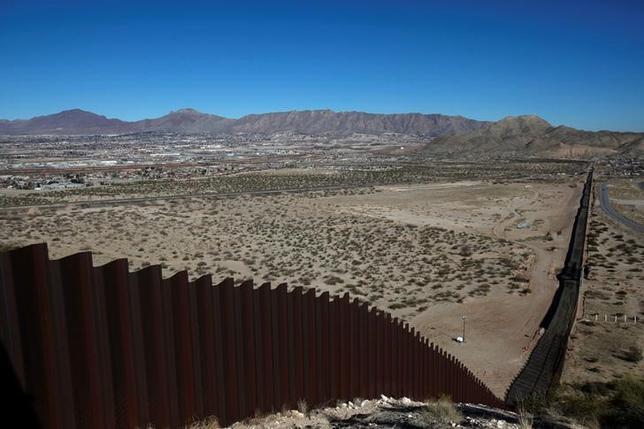5月22日、トランプ米大統領は、2018会計年度(17年10月─18年9月)の予算教書で、メキシコ国境沿いの壁建設費用として16億ドルを求める。写真は米サンランドパークとメキシコのシウダー・フアレスの国境に建設されたフェンス。1月撮影(2017年 ロイター/Jose Luis Gonzalez)