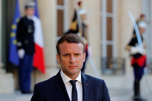 5月22日、フランスのマクロン大統領は29日、ロシアのプーチン大統領をベルサイユ宮殿に迎え会談を行う。仏大統領府当局者が明らかにした。仏露外交関係樹立300周年の記念公開に合わせるという。写真は21日、フランス・パリのエリゼ宮で撮影(2017年 ロイター/Philippe Wojazer)
