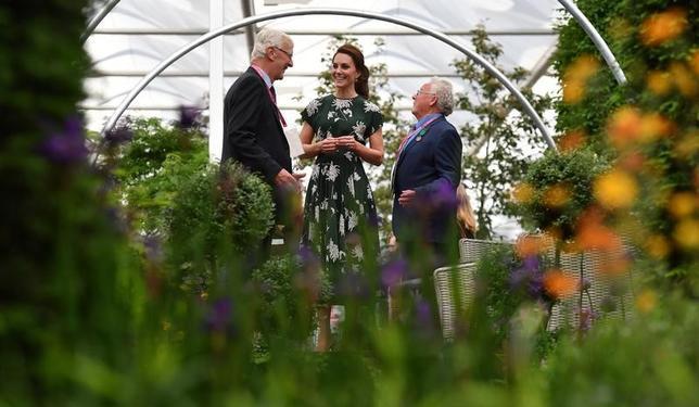 5月22日、英ロンドンで、毎年恒例のガーデニングのビッグイベント「チェルシー・フラワーショー」が今週開催される。一般公開を翌日に控えた22日、エリザベス女王やキャサリン妃(写真中央)が会場を訪れ、美しい花々やガーデンを鑑賞した。代表撮影(2017年 ロイター/Ben Stansall)