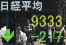 La Bourse de Tokyo a fini en baisse mardi, le secteur aérien ayant notamment été pénalisé par les craintes sur le trafic mondial et le tourisme après l'explosion dans un concert à Manchester. L'indice Nikkei a perdu 65 points (-0,33%) à 19.613,28 points. /Photo d'archives/REUTERS/Toru Hanai
