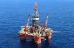 Глубоководная нефтедобывающая платформа Centenario в Мексиканском заливе. Цены на нефть снизились утром во вторник, после того как президент США Дональд Трамп предложил продать половину стратегических запасов сырья страны.   REUTERS/Henry Romero