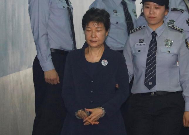 5月23日、サムスングループの事実上のトップである李在鎔被告らから賄賂を受け取ったとして収賄などの罪に問われた韓国前大統領、朴槿恵被告の初公判が開かれ、検察側は朴被告が権力を乱用し、巨額の賄賂を支払うよう企業に圧力をかけたと主張した。写真は裁判所に到着した同被告。ソウルで撮影(2017年 ロイター/KIM HONG-JI)