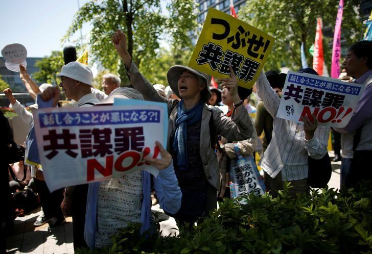 Protesters shout slogans as they protest against an anti-conspiracy bill outside parlliament building in Tokyo, Japan May 23, 2017. REUTERS/Issei Kato