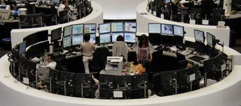 Les principales Bourses européennes évoluent en hausse en début de séance mardi. À Paris, le CAC 40 gagne 0,51% à 5.350,18 points à 07h45 GMT. À Francfort, le Dax gagne 0,39% et à Londres, le FTSE prend 0,12%. /Photo d'archives/REUTERS/Fabrizio Bensch