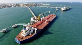 Нефтяной порт в Циндао, провинция Шандон, Китай. В апреле Россия стала крупнейшим поставщиком нефти в Китай, сообщило во вторник Главное таможенное управление Китая. REUTERS/Stringer/File Photo