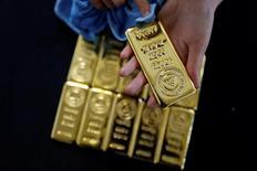 Золотые слитки. Цены на золото стабилизировались во вторник, так как инвесторы заняли выжидательную позицию после взрыва смертника в Манчестере. В результате теракта погибли как минимум 22 человека, ещё 59 получили ранения. REUTERS/Umit Bektas