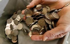 Рублевые монеты. Рубль торговался в течение торговой сессии вторника выше доллара в относительно стабильном диапазоне, невзирая на коррекцию нефтяных фьючерсов, спрос поддерживали продажи валютной выручки перед майскими налоговыми платежами. Дальнейшую динамику сырья и основных сырьевых валют определит решение ОПЕК на заседании в четверг. REUTERS/Ilya Naymushin/File Photo