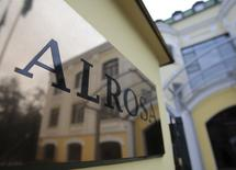 The Moscow office of Russian diamond miner Alrosa is reflected in the company's name plate in central Moscow October 2, 2013. Russia pushed ahead with its drive to raise cash from state-owned assets on Wednesday, agreeing to cut its stake in Alrosa as part of a more than $1.6 billion share sale that is the gem industry's largest in over a century. REUTERS/Tatyana Makeyeva (RUSSIA - Tags: BUSINESS)