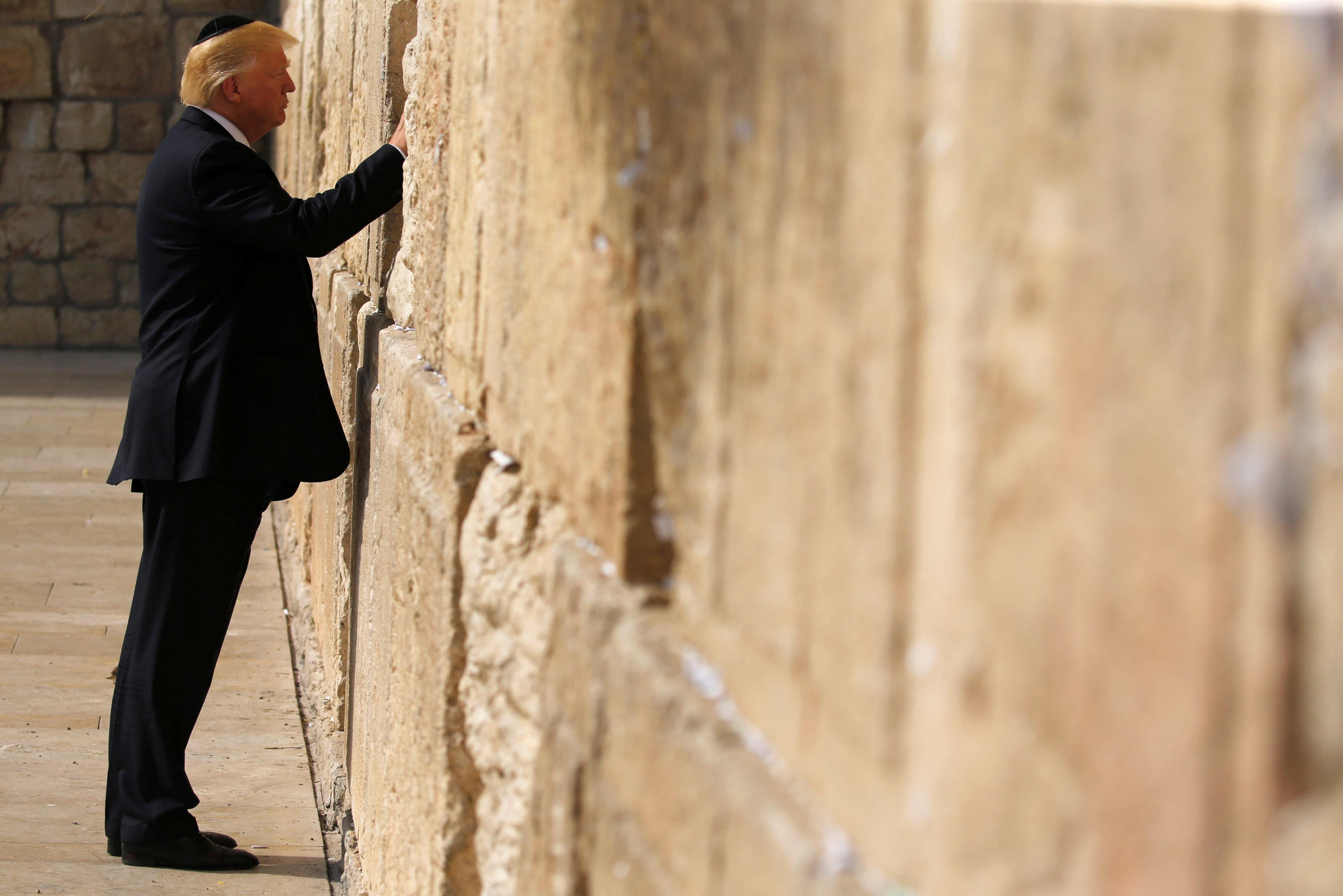 In U S  presidential first, Trump prays at Jerusalem's