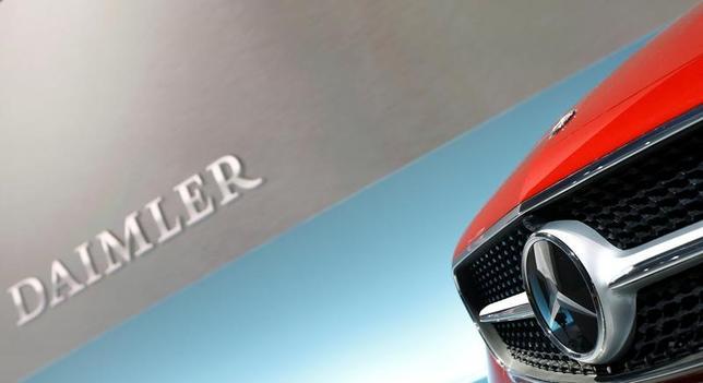5月23日、独自動車大手ダイムラーは、ディーゼル車の排ガス不正と虚偽広告の疑いで捜査を進めている検察当局から、複数の事業所が家宅捜索を受けたと発表した。写真は2月、ドイツ・シュツットガルトで行われた記者会見で撮影(2017年 ロイター/Michaela Rahle)