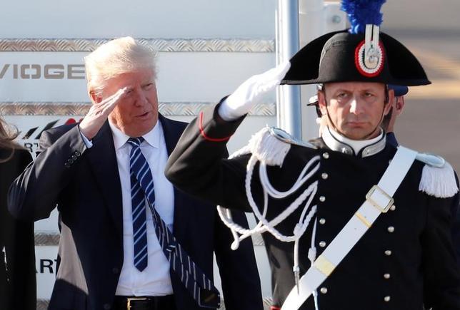 5月23日、米トランプ政権が議会に提出した2018年度(17年10月─18年9月)予算教書には国防予算の拡大が盛り込まれたが、海軍の増強や国防費の「歴史的な拡大」を目指すとしていた選挙公約には及ばない内容だった。写真はイタリア・ローマ・フィウミチーノ空港に到着したトランプ大統領(2017年 ロイター/Remo Casilli)