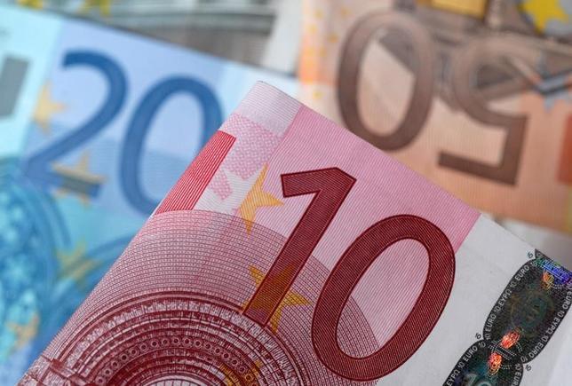 5月23日、ユーロは対ドルで約半年ぶりの高値を付けるなど、このところ買いを集めている。しかしオプション市場の動きからは、トレーダーがユーロ高に確信を持てないでいる様子がうかがえる。写真は2014年4月撮影(2017年 ロイター/Dado Ruvic)