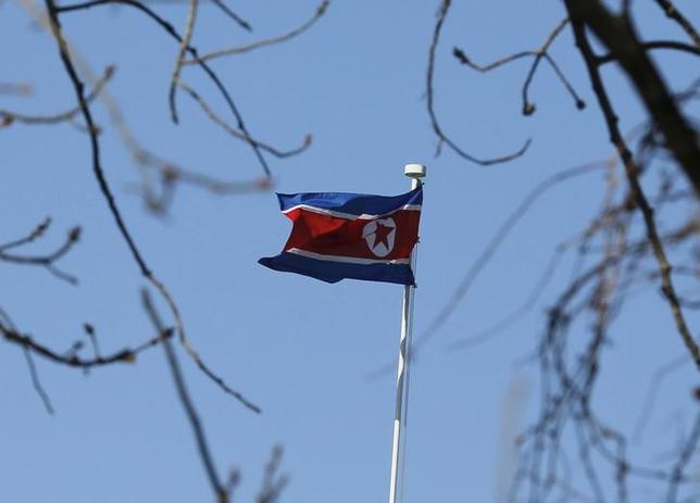 5月24日、韓国軍は、前日に北朝鮮側から南北軍事境界線を越えてきた正体不明の飛行体について、ドローン(小型無人機)ではなく、宣伝ビラを運ぶ風船だった可能性が最も高いと明らかにした。写真は北朝鮮国旗。北京で昨年1月撮影(2017年 ロイター/Kim Kyung-Hoon)