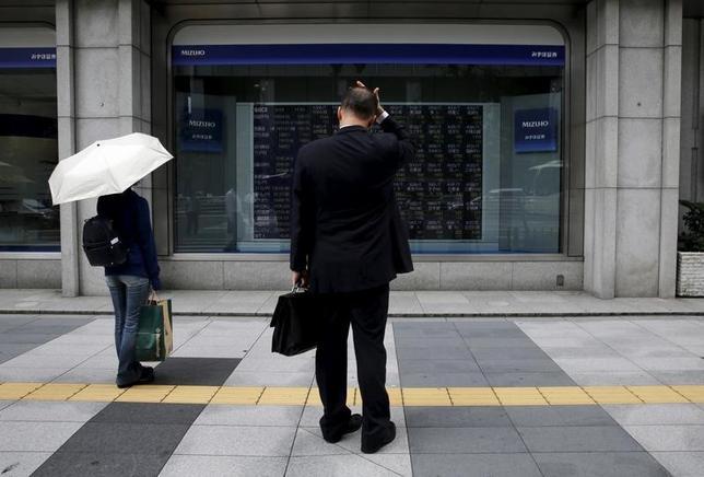 5月24日、東京株式市場で日経平均は反発。米株高や円安を追い風に買い優勢で始まった。寄り直後に170円近く上昇したが、一巡後は今晩の米連邦公開市場委員会(FOMC)議事要旨の公表を控えて伸び悩む展開となった。写真は都内で2015年8月撮影(2017年 ロイター/Toru Hanai)