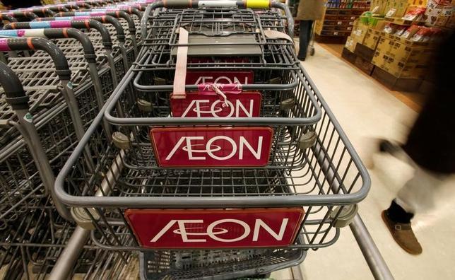 5月24日、イオンは2020年2月期に連結営業収益9兆5000億円(17年2月期実績は8兆2101億円)、営業利益2900億円(同1847億円)を目指すと発表した。イオンのスーパーマーケットで2013年1月撮影(2017年 ロイター/Toru Hanai/File Photo)