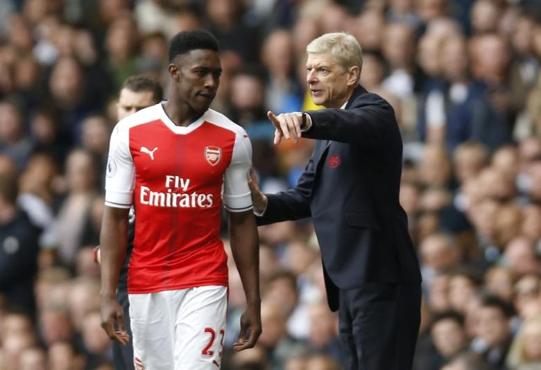 Britain Football Soccer - Tottenham Hotspur v Arsenal - Premier League - White Hart Lane - 30/4/17 Arsenal manager Arsene Wenger speaks with Danny Welbeck before he comes on as a substitute Action Images via Reuters / Paul Childs Livepic